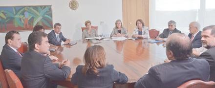 Dilma conduz a reunião em que entregou a Jucá (ao lado da presidente) sugestões do governo sobre o trabalho doméstico (Foto: Wilson Dias/ABr)