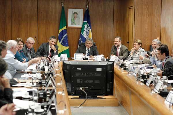 Os ministros Garibaldi Filho e Gilberto Carvalho (Secretaria-Geral) recebem as reivindicações das centrais sindicais e entidades ligadas aos aposentados. Foto: Nicolas Gomes