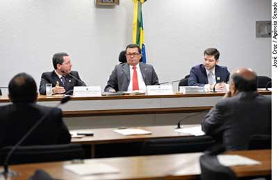 O procurador Wellington Saraiva (e); o presidente da CCJ, Vital do Rêgo (C); e o juiz Leonardo Farias