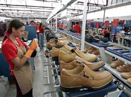 Trabalhador da indústria de calçados fica exposto a agentes químicos nocivos à saúde.