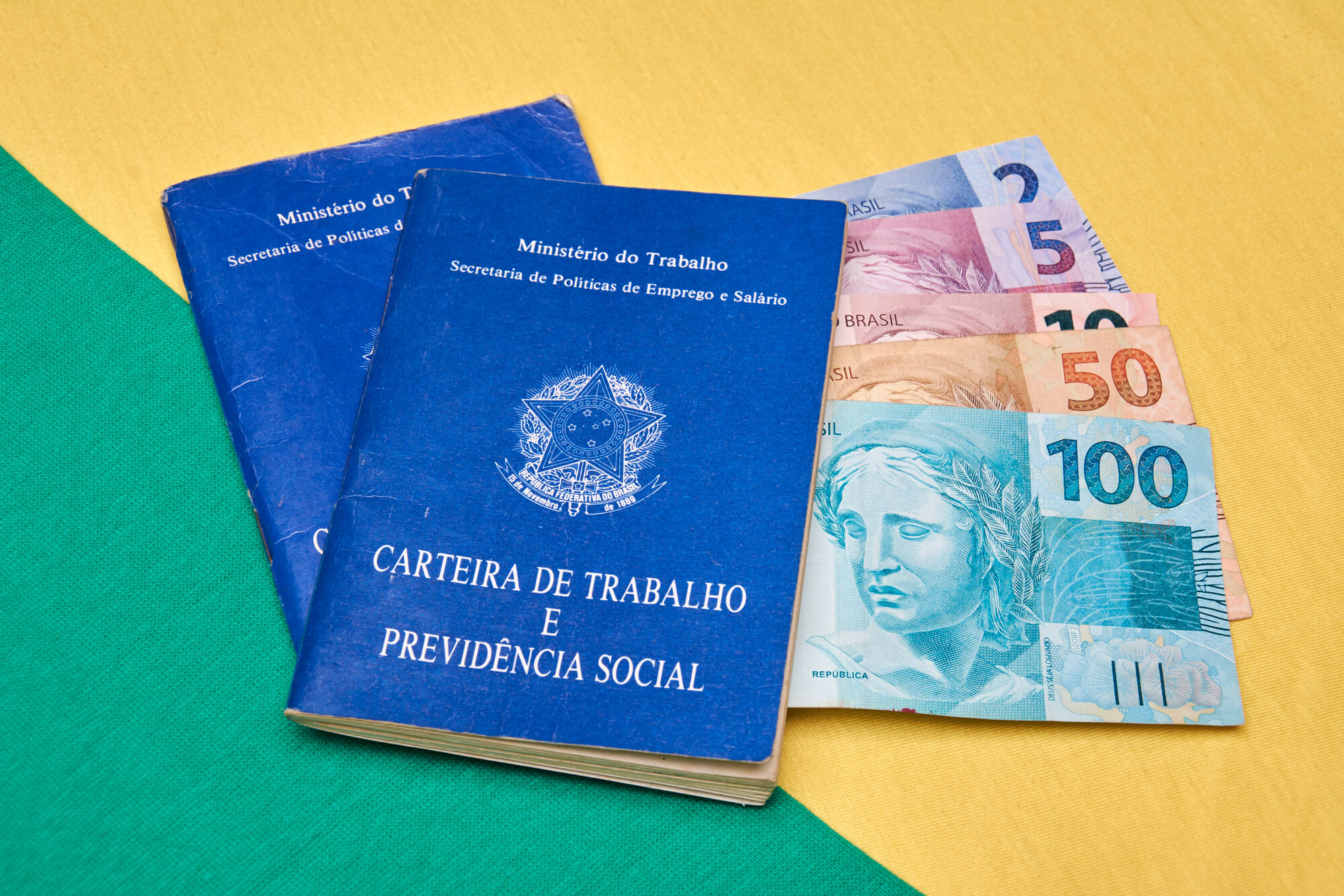 Presunção de recolhimento das contribuições do segurado empregado e prestador de serviços
